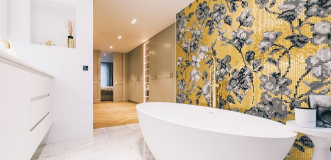 Binnenkijken: luxe badkamer met goud en marmer