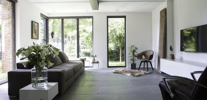 Binnenkijken: natuursteen vloer in modern interieur
