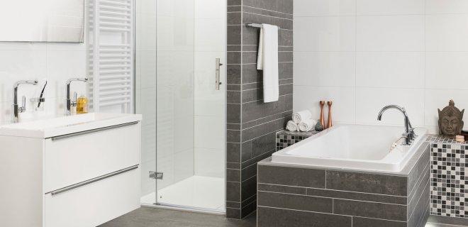 Rode Wormpjes In Badkamer ~   kleine badkamer met ligbad Complete badkamer inclusieft tegels