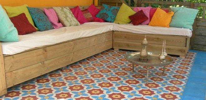 Tuinidee: kleurrijke tegels op je terras