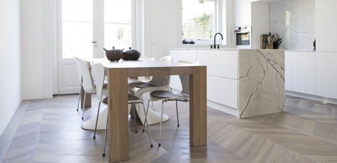 Een houten vloer in de keuken