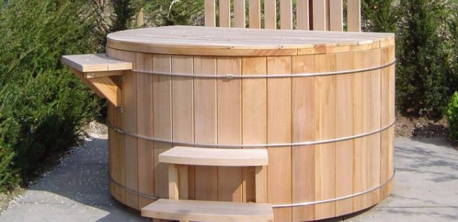 Genieten van een warm houten bad in de frisse buitenlucht