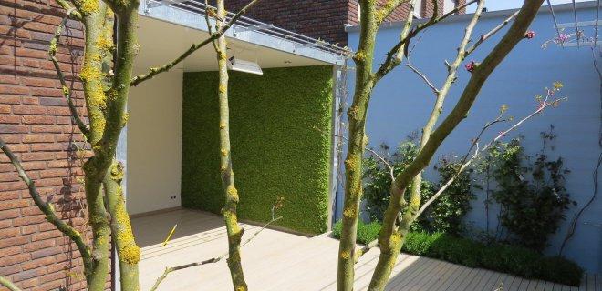 Een sfeervol groen terras met moswanden