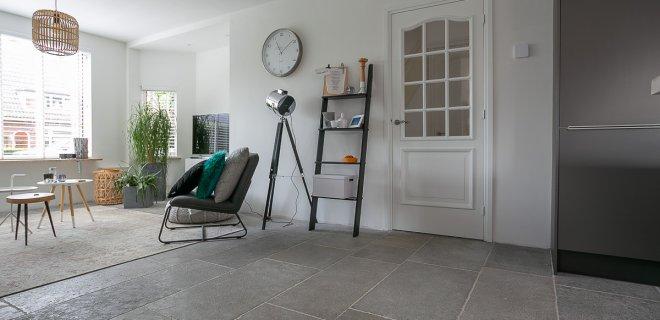 Schitterende vloeren met zachte grijstinten