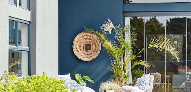 Metamorfose van tuin en terras met kleurrijke buitenverf