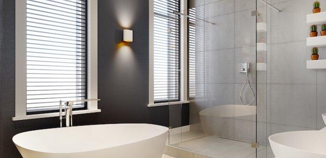 Een luxe badkamer met een solid surface bad