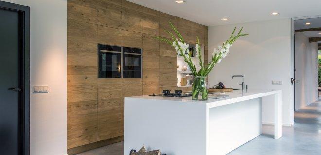 Binnenkijker: Moderne houten keuken in gerenoveerde boerderij