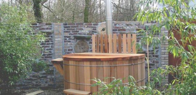 Wellness in de tuin met een houten hottub