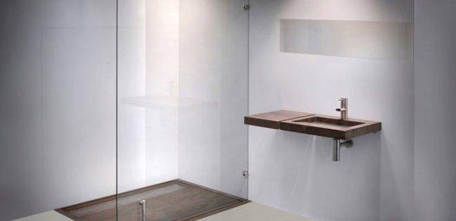 Een ruime badkamer met design inloopdouches van Balance