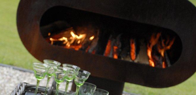 Genieten bij een stoere buitenhaard met grill