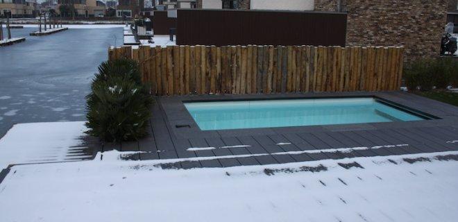 's Winters zwemmen in de tuin