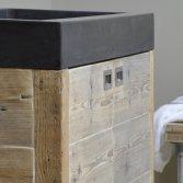 Betonnen wasbak met houten badkamermeubel