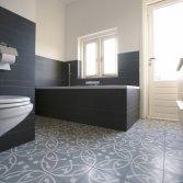 Cementtegels in de badkamer
