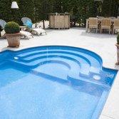 Klassiek zwembad met Romeinse trap