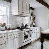 ILVE Majestic 100 cm - wit met brons in een klassiek keuken