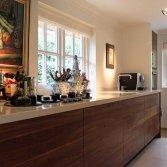 Klassieke keuken van notenhout