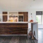 Stijlvolle keuken van ruw notenhout