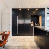 Strakke keuken van blauwstaal