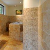 Natuursteen in de badkamer
