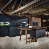 Mat zwarte keuken met houtaccent