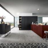 Keuken in grijs en robijnrood