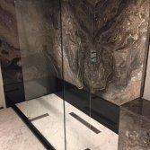 Marmeren vloer in de badkamer