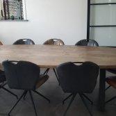 Ovale tafel van oud gebintenhout