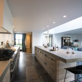 RestyleXL Moderne luxe steigerhouten keuken met beton