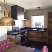 RestyleXL Keuken van oud eikenhout met zwart werkblad