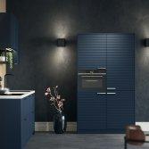 Superkeukens | diepblauwe keuken met kastenwand