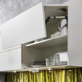 Grijze keuken met witte bovenkasten