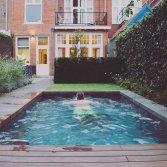 Swimm zwemmachine in zwembad