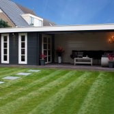 Plat dak tuinhuis met luifel