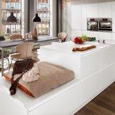 Witte leefkeuken met keukeneiland