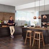 Zwarte keuken met kookeiland