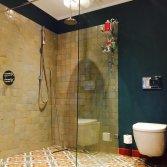 Vrolijke gekleurde tegels in je badkamer