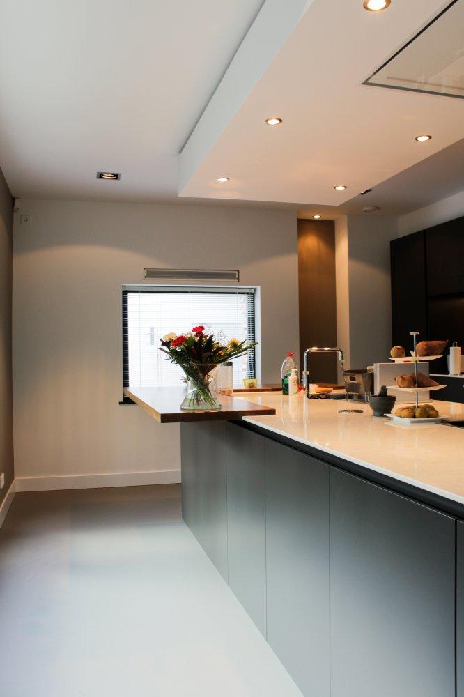 Betonlook gietvloer in moderne villa