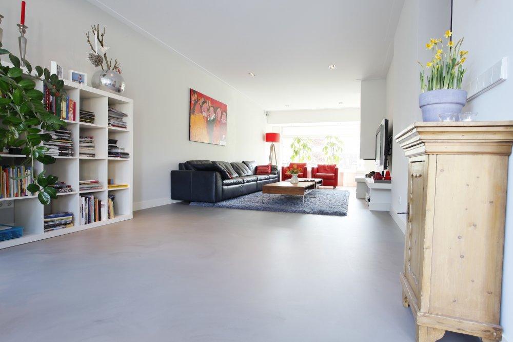Betonlook gietvloer in moderne woning