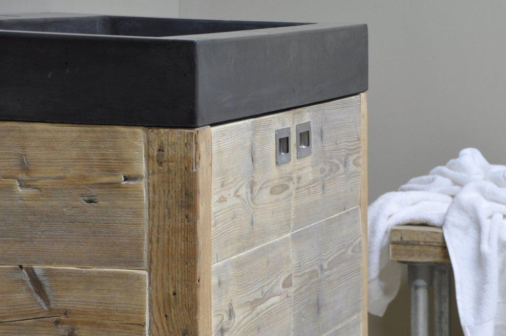 Betonnen wasbak met houten badkamermeubel product in beeld