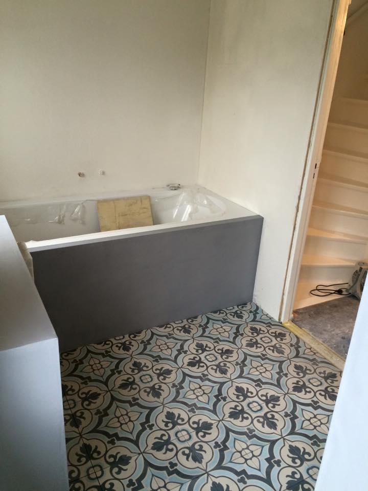 Floorz portugese tegels in de badkamer product in beeld startpagina voor vloerbedekking - Tegels badkamer vloer wit zwemwater ...