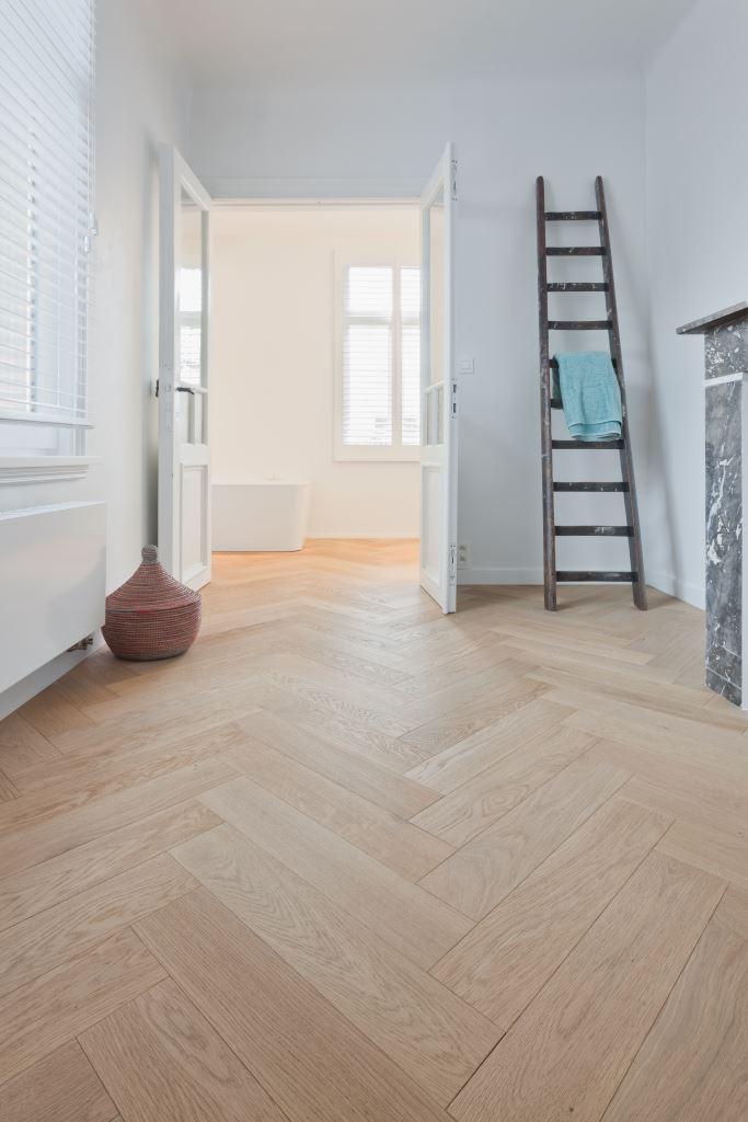 Houtambacht planken vloer in de badkamer