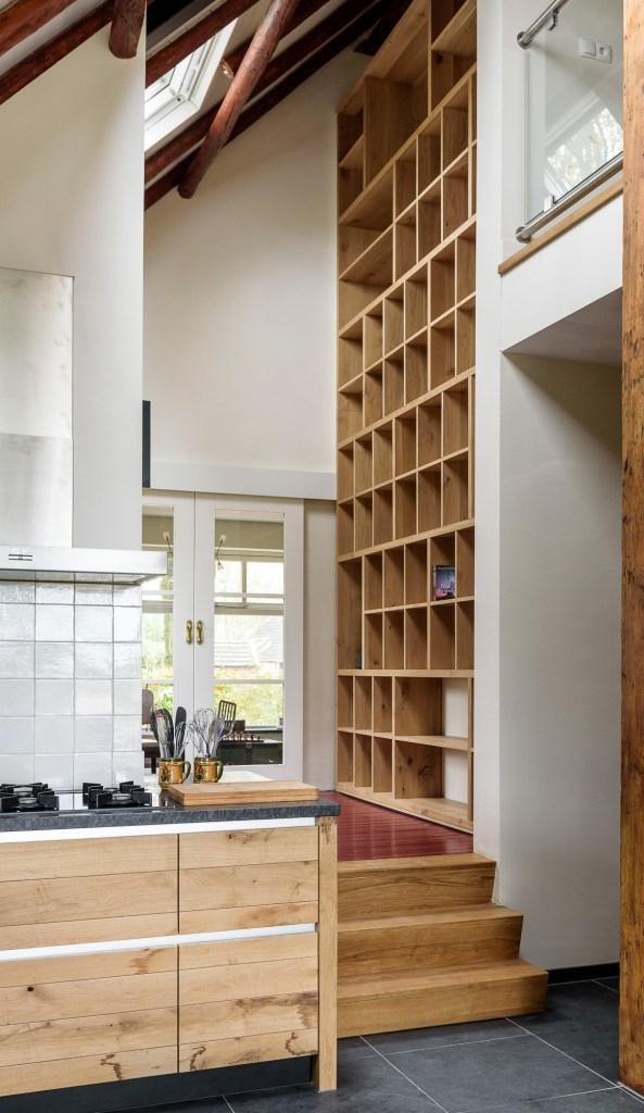 JP Walker Landelijk eiken keuken met boekenkast   Product in beeld   Startpagina voor keuken