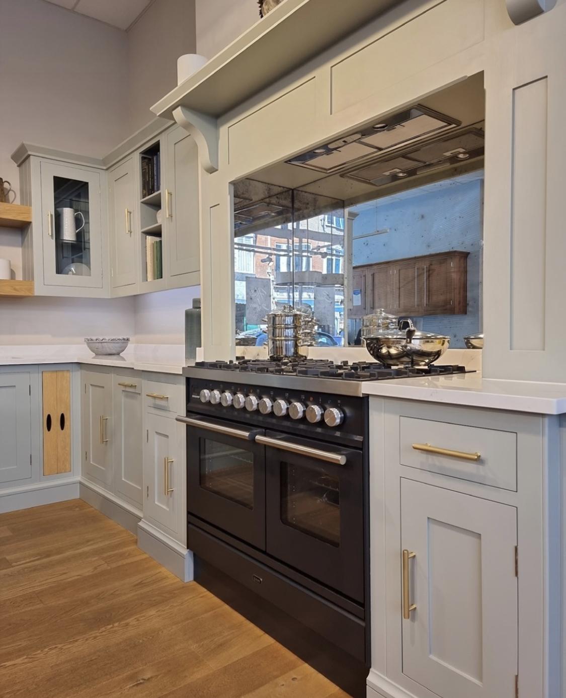 Keuken met messing details en ILVE Professional Plus (mat zwart) als middelpunt