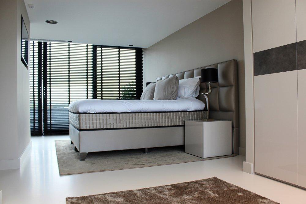 Kunststof gietvloer als basis voor een minimalistisch interieur