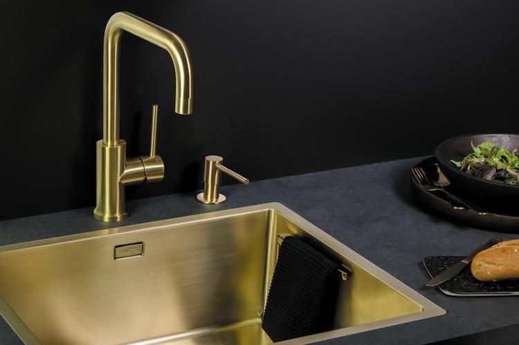 Keukenkraan en spoelbak in goud