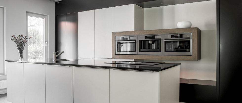 Moderne keuken met omlijste apparaten