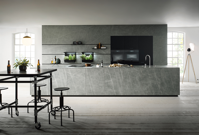 Strak gelijnde design keuken marmerlook