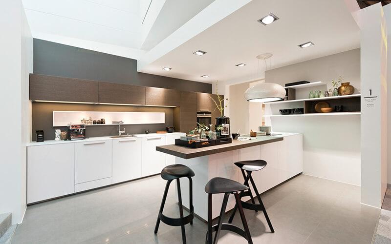 Hoogglans witte keuken met hout