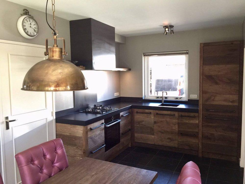 Restylexl keuken van oud eikenhout met zwart werkblad uw keuken