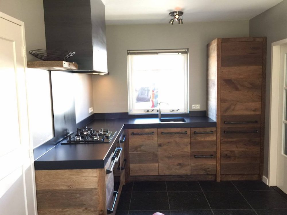 Restylexl keuken van oud eikenhout met zwart werkblad product in beeld startpagina voor - Beeld van eigentijdse keuken ...